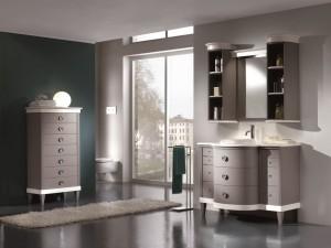 Klasična kupaonica koja se sastoji od lavaboa sa 11 ladica, iznad kojeg se nalazi ogledalo koje sa svake strane ima zaobljenu viseću otvorenu policu. Kombinacija sive i bijele boje.