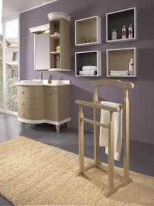 Klasična kupaonica koja se sastoji od elementa za lavabo sa tri ladice i jednim vratima, iznad kojeg se nalazi ogledalo i viseći zaobljeni element. Kombinacija krem i bijele boje. U kompletu se može naručiti i stalak za ručnike, te zidne police otvorenog tipa.