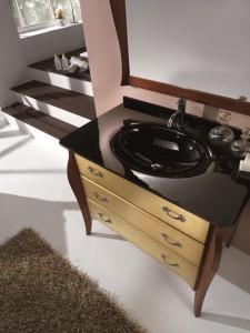 Klasični stilski element za lavabo sa 3 ladice. Element je bojan u klasičnu boju oraha, dok su ladice bojane u zlatnu boju. U kompletu je klasično odledalo u boji oraha.