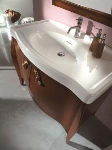 Klasični stilski element za lavabo sa 2 vrata. Bojano u klasičnu boju oraha. Lavabo je u keramici bijele boje.