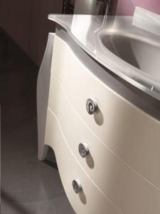 Klasični stilski element za lavabo sa 3 ladice. Bojano u antik bijelu boju. Može se naručiti i u drugim bojama.