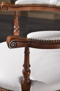 Klasična kožna radna fotelja, struktura od masivnog drva bukve presvučena u kožu I.kvalitete, mogućnost okretanja, dizanja i spuštanja, te nagiba leđa . Može se naručiti i u drugim bojama drva, te drugim bojama kože.