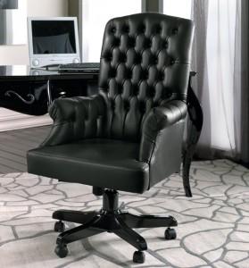 Klasična crna kožna radna fotelja na okretanje.