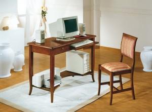 Klasični radni stol, izrađen od masivnog drva u boji oraha, sa jednom ladicom, izvlačnom daskom za tastaturu i jednom otvorenom policom. Uz njega je kombinirana drvena stolica. Može se naručiti i u drugim bojama drva.