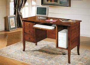 Klasični radni stol, izrađen od masivnog drva u boji oraha, sa tri ladice, mjestom za kutiji od kompjutera, te izvlačnom daskom za tastaturu. Može se naručiti i u drugim bojama drva.