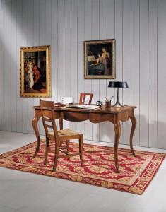 Klasični radni stol, izrađen od masivnog drva u boji oraha. Može se naručiti i u drugim bojama drva.