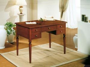 Klasični radni stol, izrađen od masivnog drva u boji oraha, sa pet ladica. Može se naručiti i u drugim bojama drva.