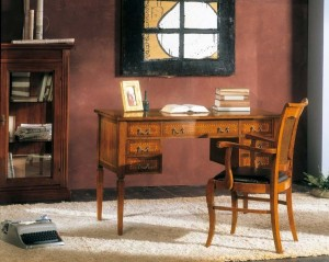 Klasični uredski namještaj, izrađen od masivnog drva u boji oraha. Klasični radni stol sa sedam ladice uz koji je kombinirana drvena stolica sa rukonaslonima i sjedištem presvučenim u kožu. Može se naručiti i u drugim bojama drva.