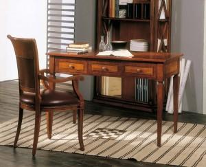 Klasični uredski namještaj, izrađen od masivnog drva u boji oraha. Klasični radni stol sa tri ladice uz koji je kombinirana drvena stolica sa rukonaslonima i sjedištem presvučenim u kožu. Može se naručiti i u drugim bojama drva.
