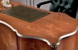 Klasični pisaći stol izrađen od masivnog drva, bojan u boju oraha sa cvijetnim uzorkom.