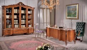 Klasična radna soba izrađena od masivnog drva, bojana u boju oraha sa cvijetnim aplikacijama. U kompletu su klasična biblioteka sa četiri staklena vrata i tri ladice, klasični radni stol sa klasičnom kožnom foteljom i klasičnom stolicom.