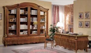 Klasični uradski namještaj izrađen od masivnog drva u boji oraha sa cvijetnim aplikacijama. Klasična biblioteka sa staklenim vratima i tri ladice i klasični radni stol u kombinaciji sa klasičnom radnom stolicom.