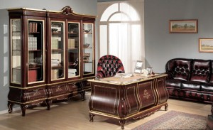 Klasični uredski namještaj izrađen od masivnog drva u boji oraha sa zlatnim ukrasima. Klasična biblioteka sa četiri vrata i četiri ladice u kombinaciji sa klasičnim radnim stolom.