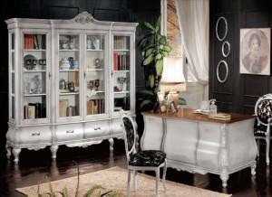 Klasični uredski namještaj sastoji se od klasične biblioteke sa četiri staklena vrata i četiri ladice, Klasičnog radnog stola sa 9 ladica i klasičnim stolicama drvo u kombinaciji sa tekstilom. Bojano je u patinirano bijelu boju, a izrađeno od masivnog drva. Radna ploča pisaćeg stola u svijetloj boji oraha.